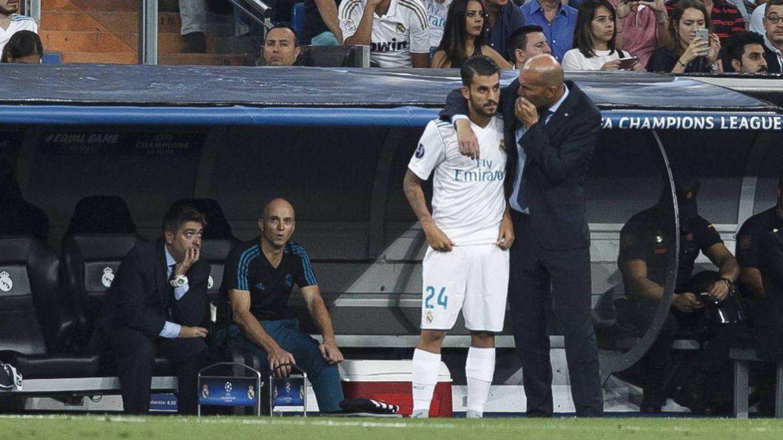 Zidane da instrucciones a Ceballos durante un partido del Real Madrid. (Reuters)