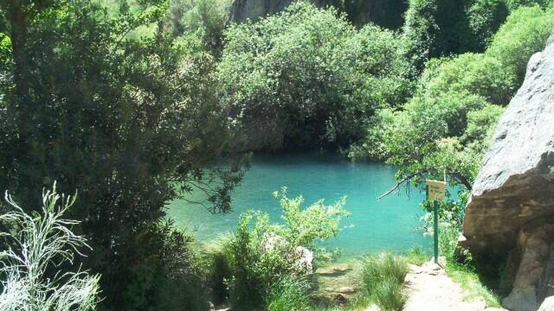 Una de las piscinas naturales de la Cueva del Gato. (Turismo Andalucía)