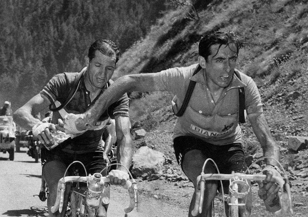 Foto: Gino Bartali y Fausto Coppi comparten agua en la ascensión al Alpe d 'Huez, en el Tour de 1952, que lideraba Coppi (en primer término). (CARLO MARTINI)
