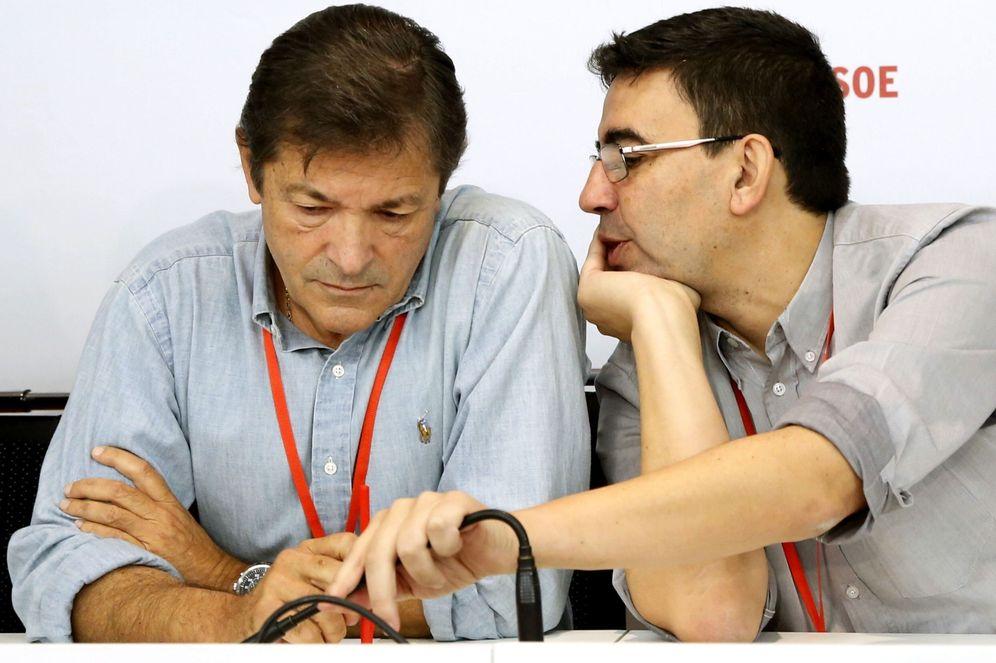 Foto: El presidente de la gestora del PSOE, Javier Fernández (i), y el portavoz, Mario Jiménez Díaz. (EFE)