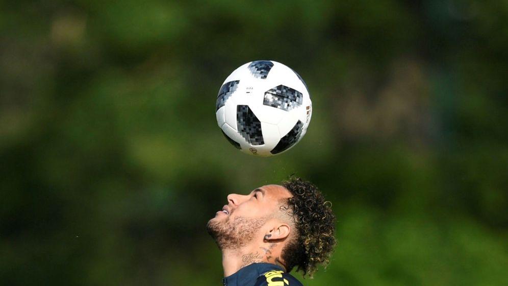 Foto: Neymar hace ejercicios con el balón en la cabeza en el entrenamiento de la selecicón brasileña. (EFE)