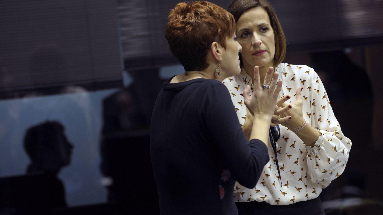 Foto: María Chivite (derecha) habla con la portavoz 'abertzale' en el Parlamento de Navarra, Bakartxo Ruiz. (EFE)