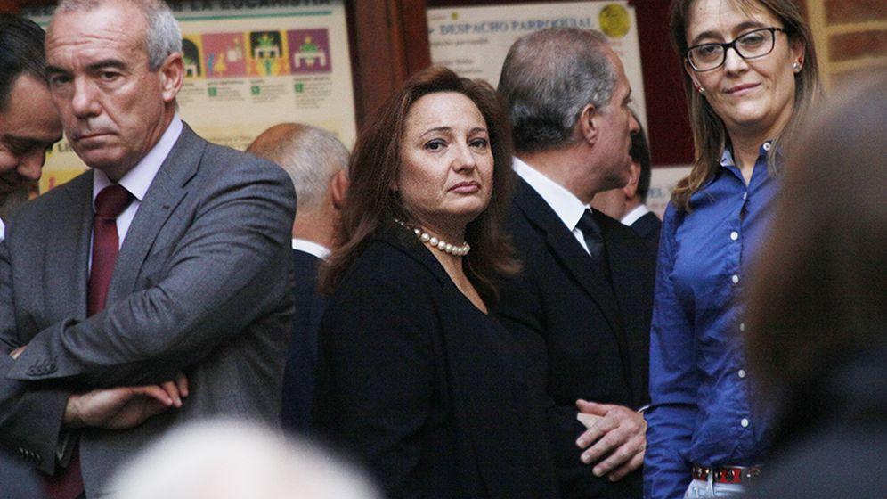 Foto: Marta Álvarez Guil (c), hija de Isidoro Álvarez, durante su funeral en Madrid. (Enrique Villarino)