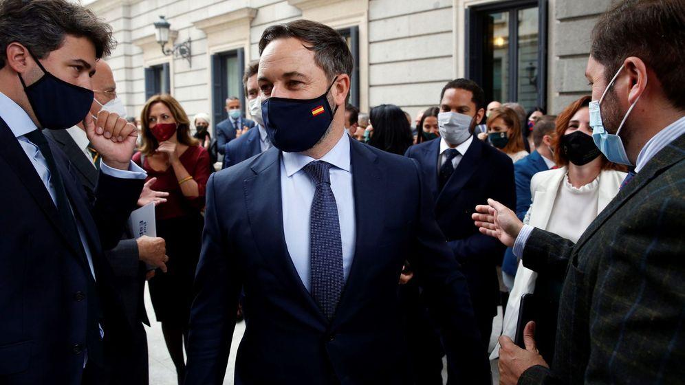 Foto: El líder de Vox, Santiago Abascal, arropado por diputados de su grupo en las afueras del Congreso. (EFE)