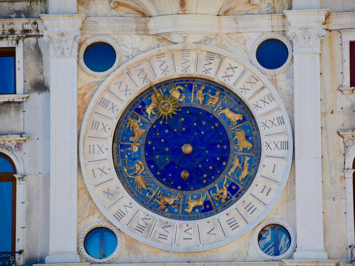 Foto: Esfera del reloj de la Torre dell'Orologio, en la Plaza de San Marcos de Venecia. (Josh Rangel, para Unsplash)