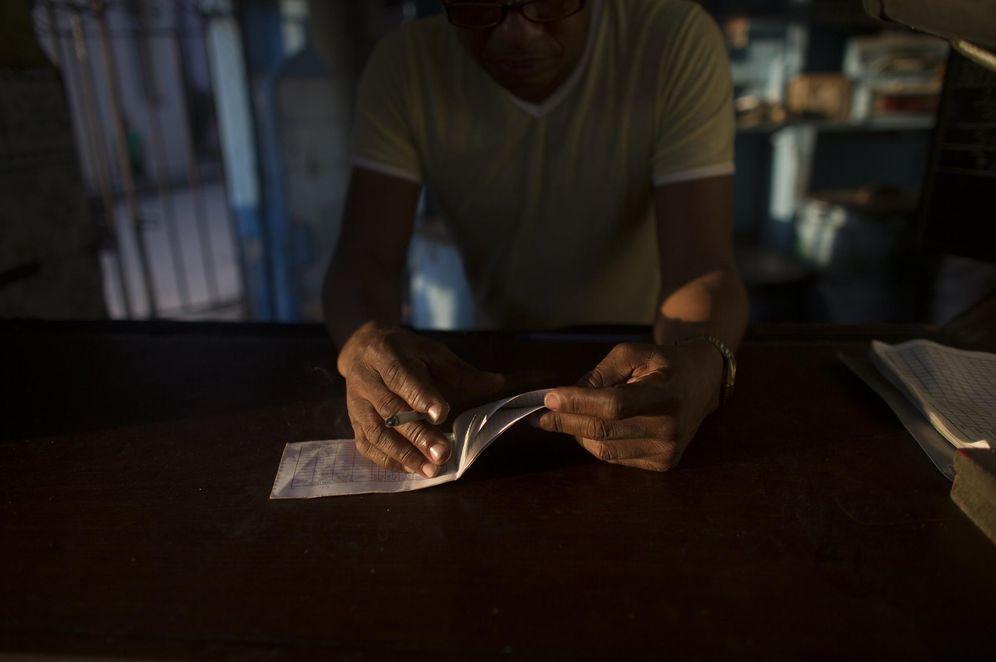 Foto: Un cubano con la cartilla de racionamiento (Reuters)
