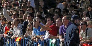 Foto: La 'brigada antizapatero' se cuela un año más en el desfile de la Fiesta Nacional