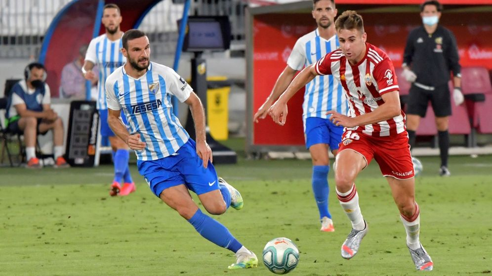 Foto: Imagen del partido entre el Almería y el Málaga en el estadio Juegos Mediterráneo. (Efe)