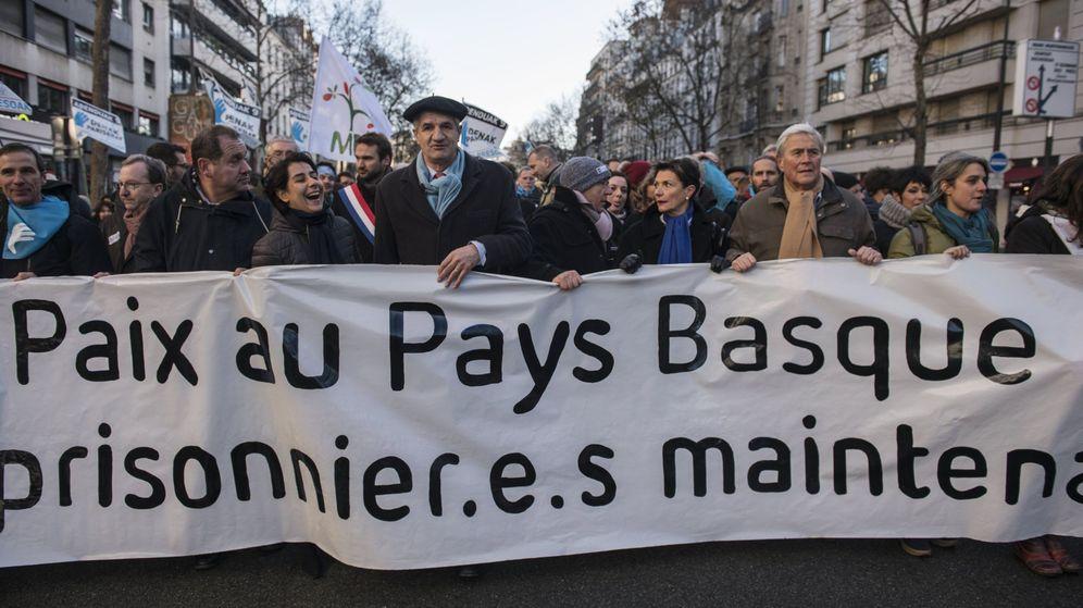 Foto: Cabecera de la manifestación por los cambios para los presos de ETA en París. (EFE)