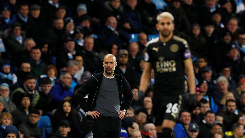 Pep Guardiola al fondo. En primer plano, Riyad Mahrez, jugador del Leicester City. (Reuters)