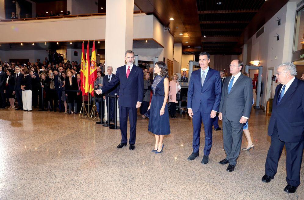 Foto: Los Reyes, junto con Pedro Sánchez y los presidentes del Senado y del Constitucional, Pío García-Escudero y Juan José González Rivas, este 5 de diciembre en el Auditorio Nacional. (EFE)