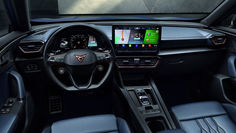 Interior del Cupra Formentor Launch Edition con su gran pantalla y su volante con selector de modos de conducción.