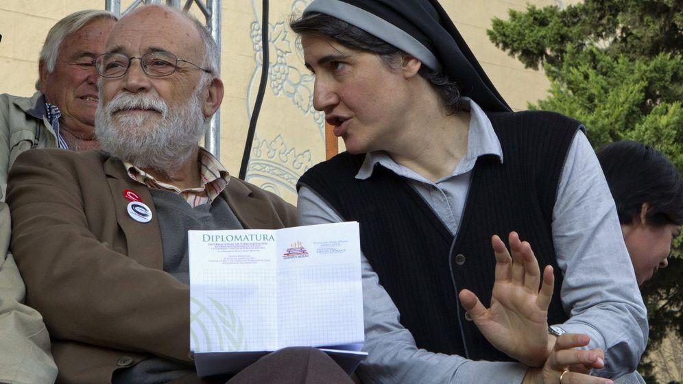 Foto: La teóloga y monja benedictina Teresa Forcades y el economista Arcadi Oliveras, en un acto de Procés Constituent. (EFE)