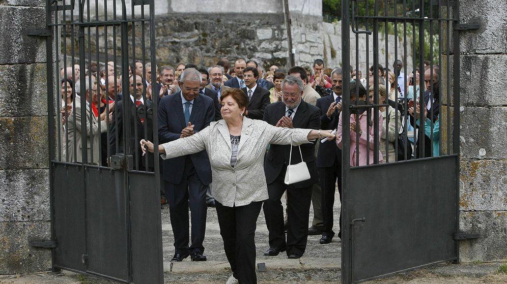 Foto: La presidenta de la Fundación Érguete, Carmen Avendaño, abre las puertas del Pazo de Baión, requisado a Laureano Oubiña, en 2008. (EFE)