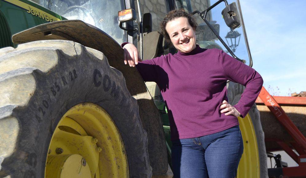 Foto: María Angeles Rosado junto a su tractor. (María Zuil)