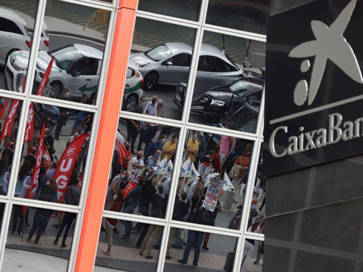 Foto: Logotipo de Caixabank en las Torres Kio (EFE)