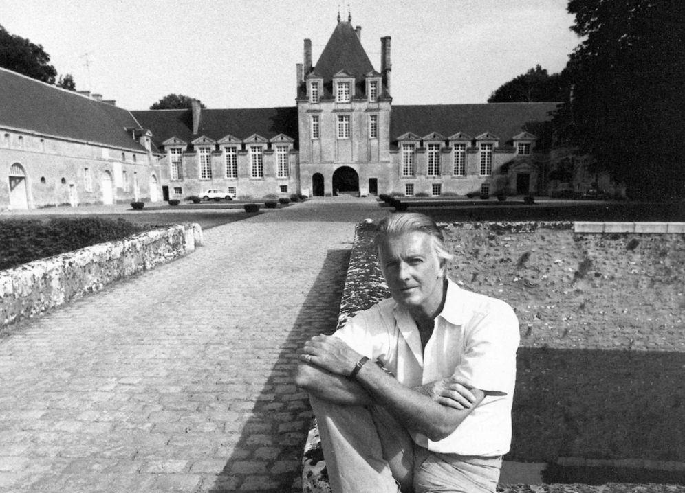 Foto: Givenchy junto a su mansión francesa. (Cordon Press)