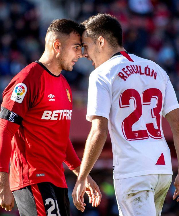 Foto: Sergio Reguilón se encara con un jugador del Mallorca en un partido del Sevilla. (Efe)