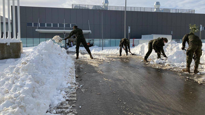 Quitando la nieve en Mercamadrid. (EFE)