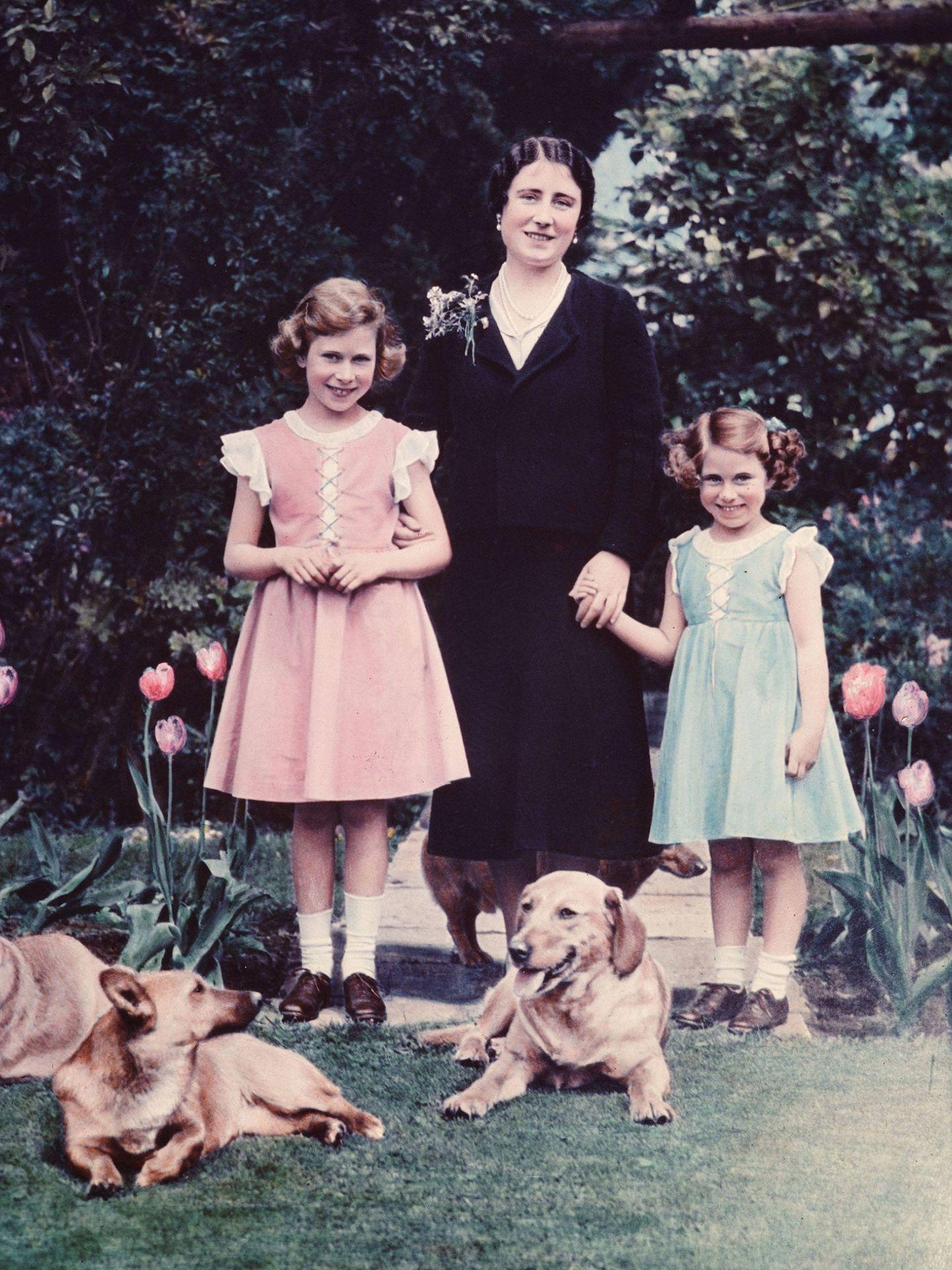 La reina madre junto a las princesas Isabel y Margarita en una imagen de 1936. (Getty)