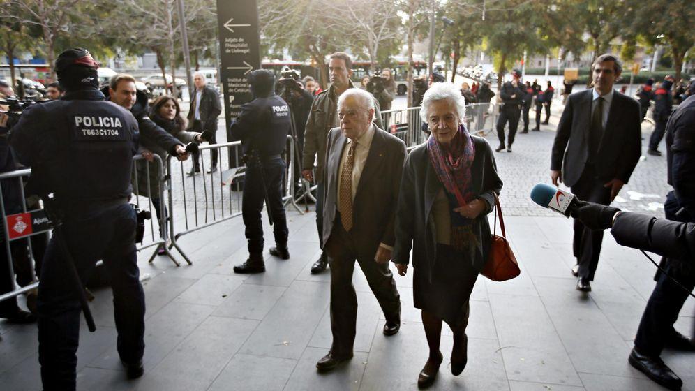 Foto: Jordi Pujol y su mujer, Marta Ferrusola, antes de declarar ante la justicia. (Reuters)