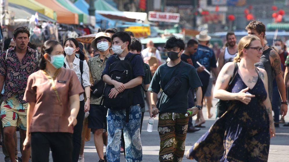 Foto: Turistas con mascarillas en Bangkok. (EFE)