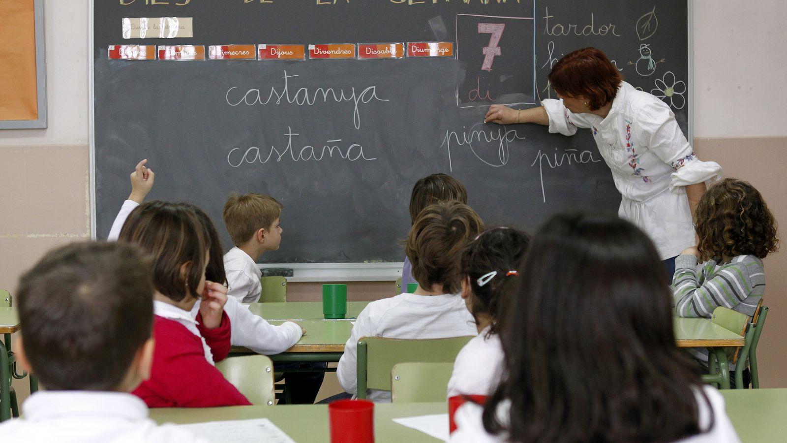 Foto: Una profesora, en un colegio público de El Masnou, Barcelona. (Reuters)