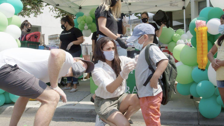 Meghan Markle y el príncipe Harry, colaborando con una ONG infantil hace unas semanas. (Reuters)