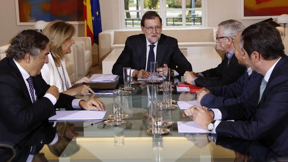 Foto: El presidente del Gobierno, Mariano Rajoy, acompañado por la ministra de Empleo, Fátima Báñez y los sindicatos. (EFE)