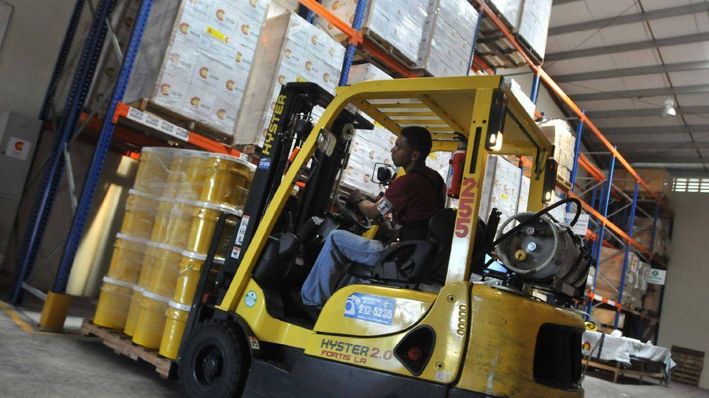 Foto: Trabajador en un almacén (Efe)