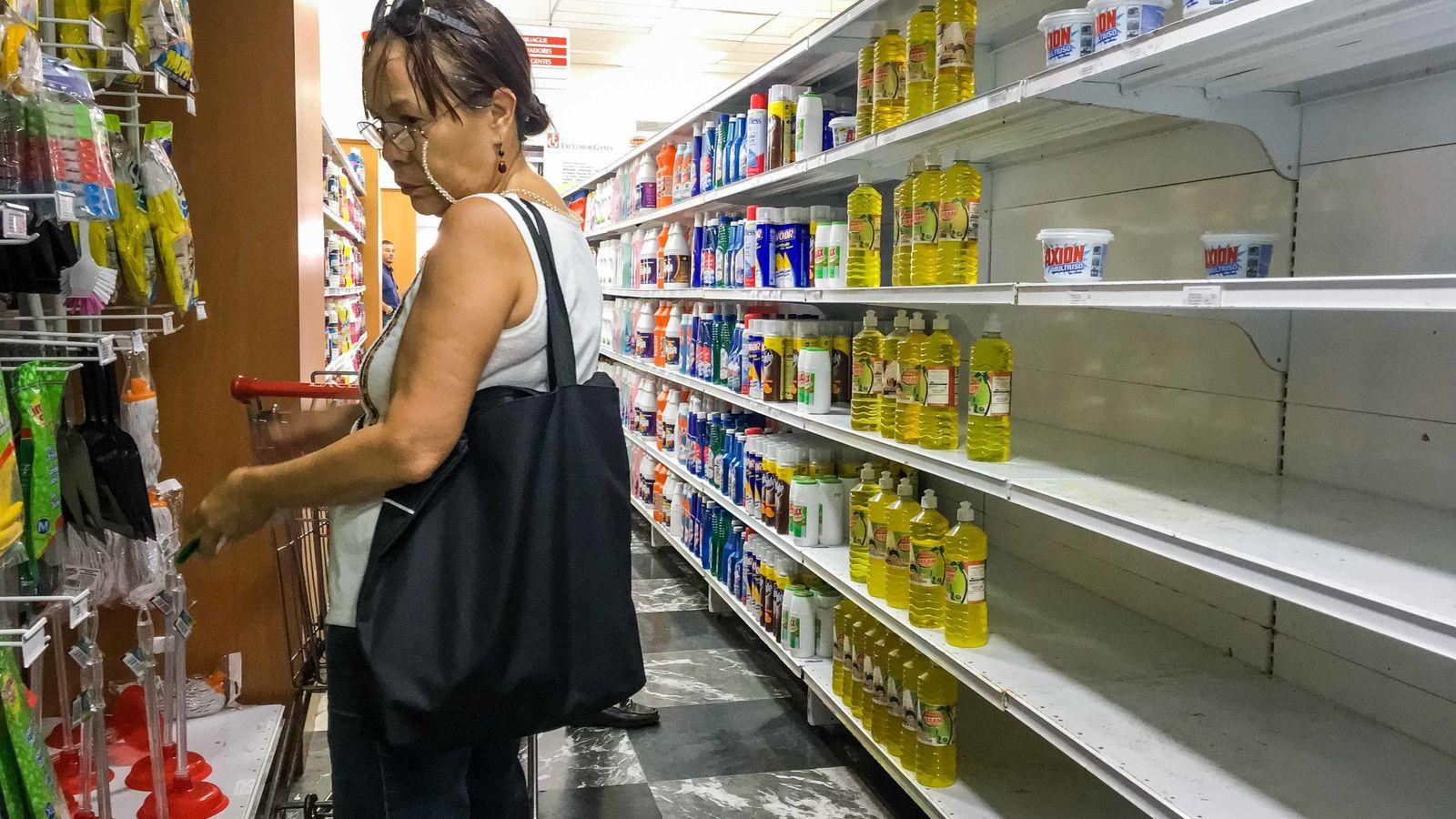 Foto: Una mujer en un supermercado venezolano. (EFE)