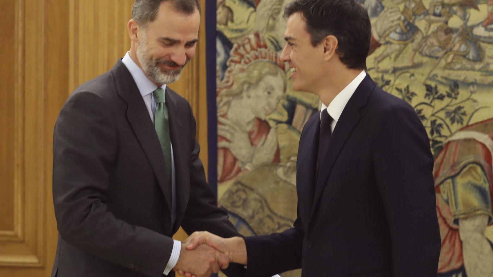 Foto: El Rey recibe a Pedro Sánchez, antes de su audiencia en la Zarzuela, este 4 de julio. (EFE)