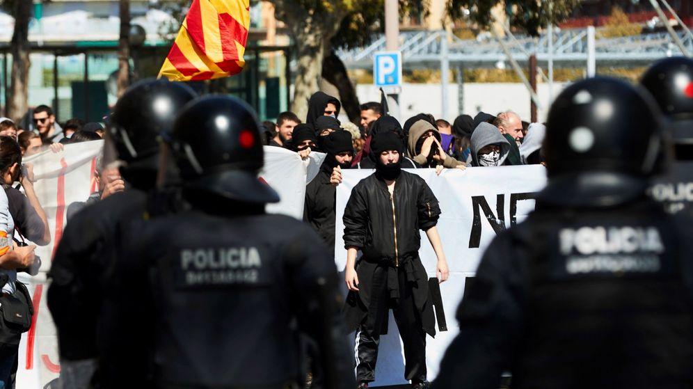 Foto: La manifestación convocada esta domingo por grupos independentistas contra el acto de Vox en Barcelona. (EFE)