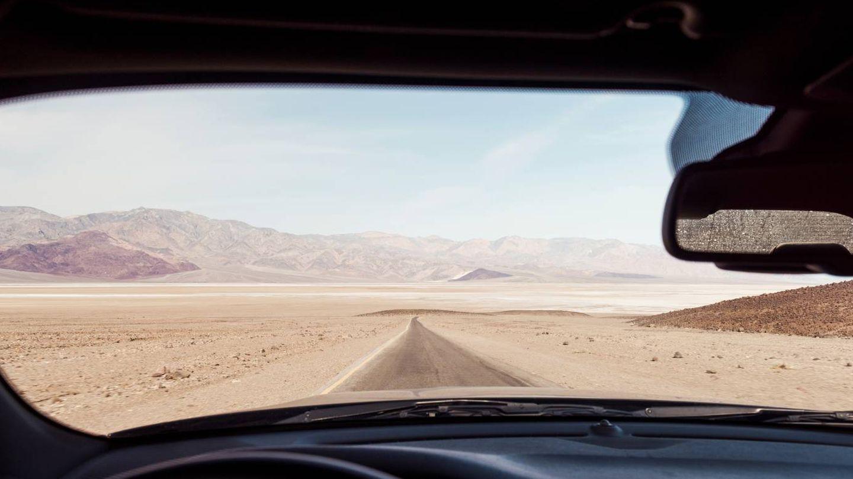 Death Valley desde el coche de Johhny Depp. (Foto: Simon Davidson para Parfums CHRISTIAN Dior)