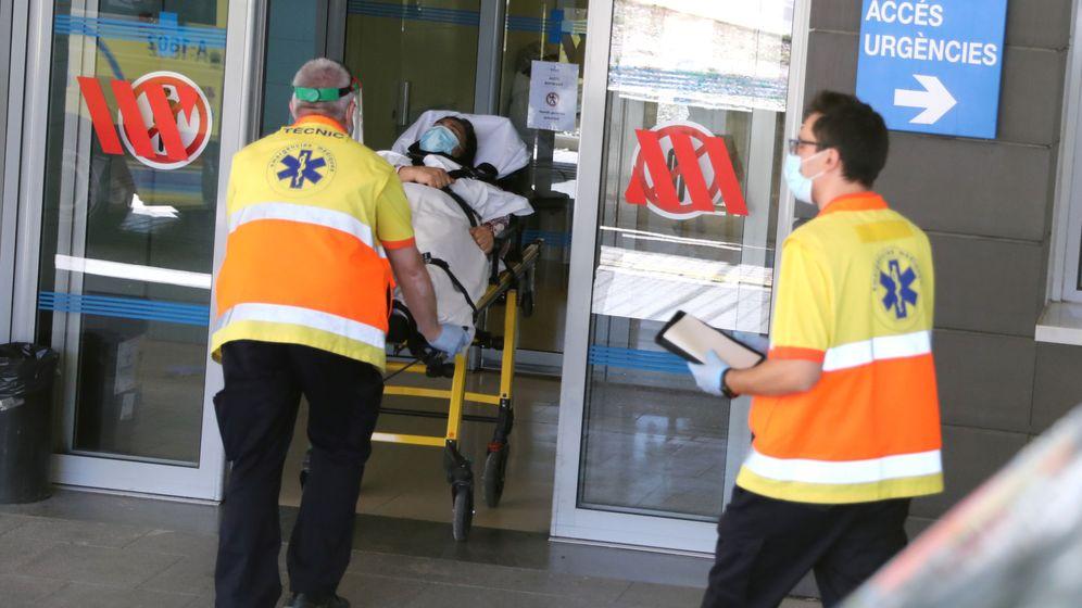 Foto: Sanitarios ingresan a un paciente en el hospital Arnau de Vilanova, de Lleida. (Reuters)