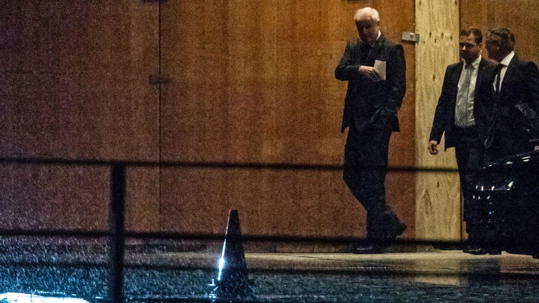 Seehofer abandona uno de los encuentros de la coalición para resolver la crisis. (Reuters)