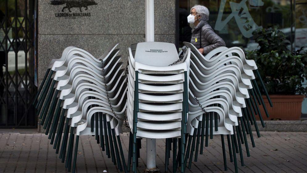 Foto: Vista de las sillas de una terraza cerrada en Barcelona. (EFE)