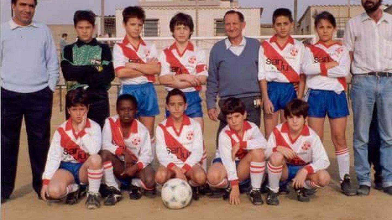 Jacinto Elá, de pequeño en la fila de abajo, en un partido.