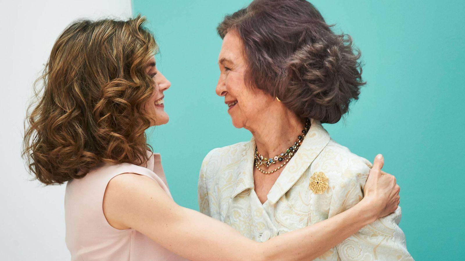 Foto: Doña Letizia y doña Sofía en una tierna imagen. (Limited Pictures)