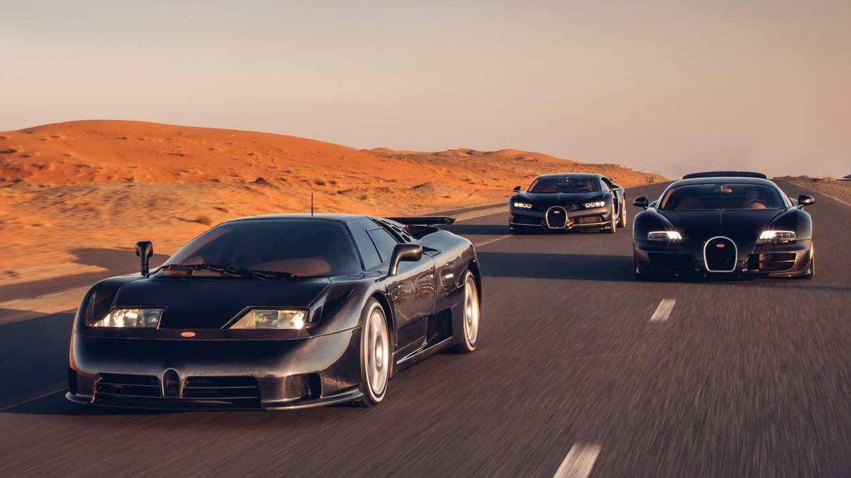 Los tres pilares de la nueva Bugatti, el EB100 delante y detrás los Veyron y Chiron.