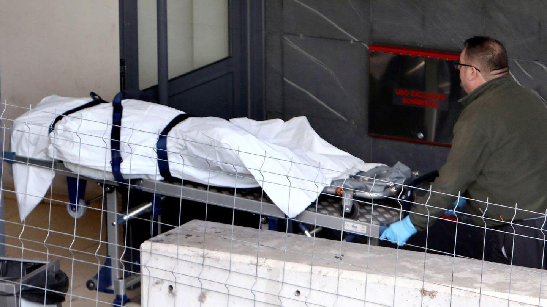 Operarios de la funeraria trasladan al policlínico de Conxo en Santiago de Compostela el cuerpo. (EFE)