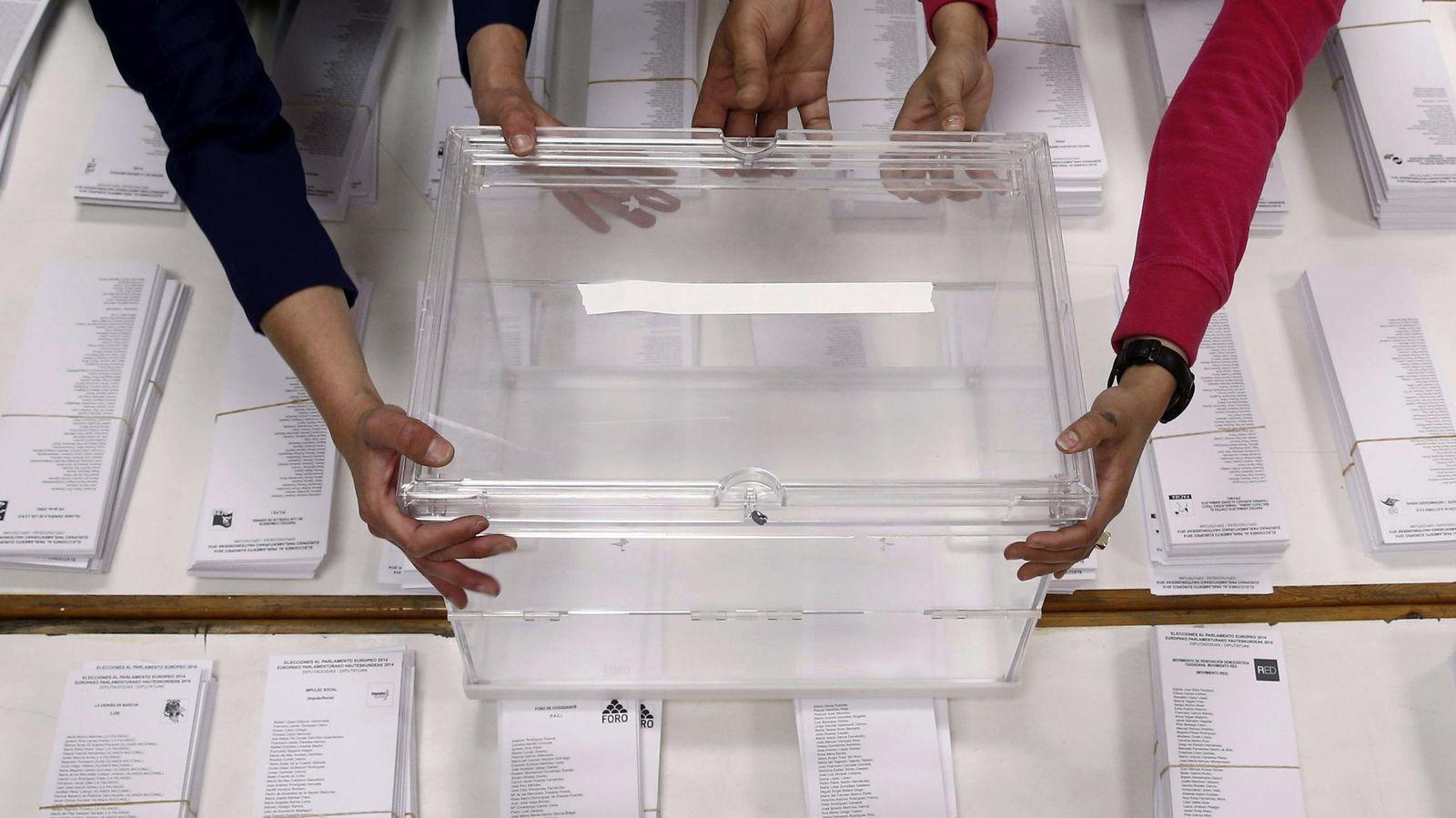 Foto: Colocación de una urna en Pamplona en las últimas elecciones europeas. (EFE)