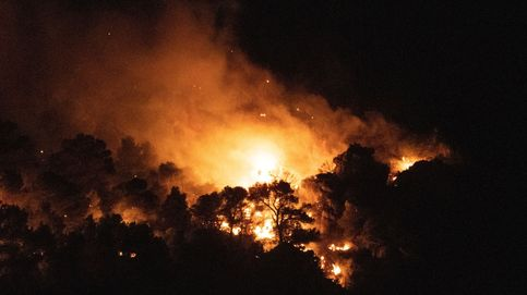 Un centenar efectivos trabajan en el incendio de Quesada (Jaen), que sigue activo
