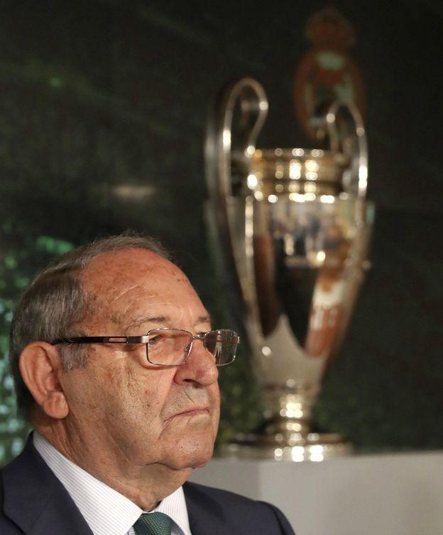 Foto: Paco Gento, delante de una Copa de Europa. (EFE)