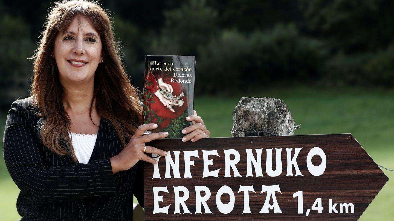 Dolores Redondo con su libro. (Efe)