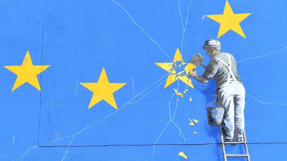Foto: Vista de un mural inspirado en el Brexit hecho por el artista callejero anónimo Banksy. (EFE)