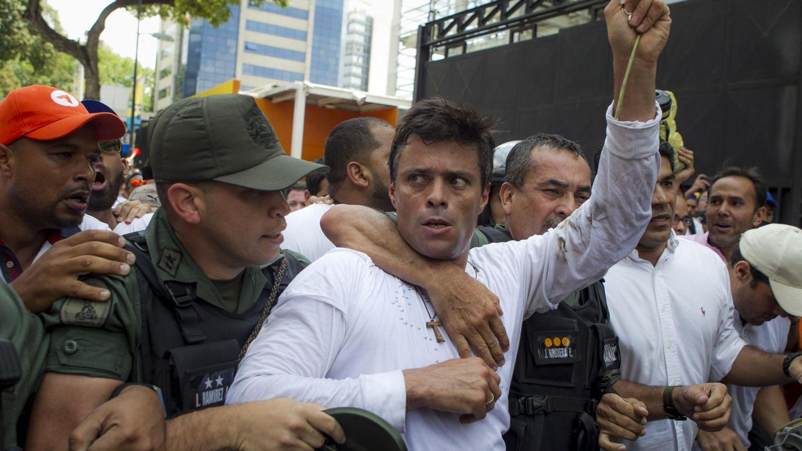 Foto:  El dirigente opositor venezolano Leopoldo López se entrega a miembros de la Guardia Nacional en febrero de 2014. (Efe)