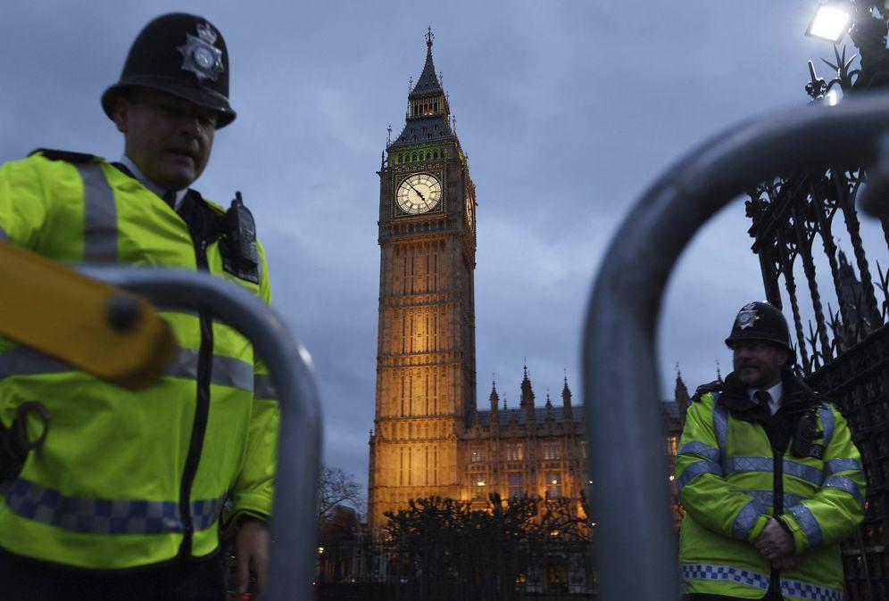 Foto: Dos policías montan guardia delante del Parlamento de Londres, el 1 de febrero de 2017. (EFE)