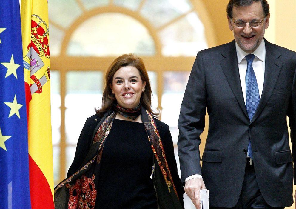Foto: El presidente del Gobierno, Mariano Rajoy, acompañado por la vicepresidenta del Ejecutivo, Soraya Saénz de Santamaría (Efe)