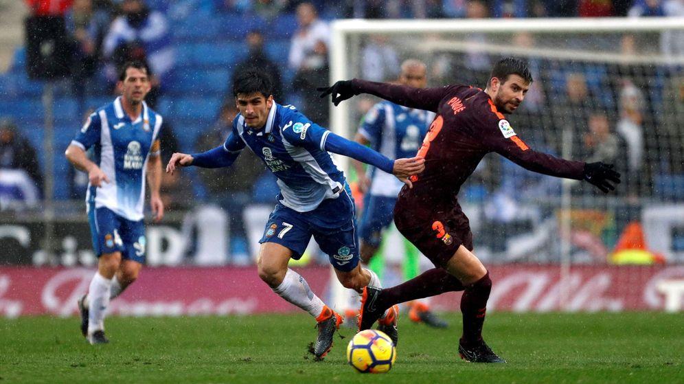 Foto: Una entrada de Gerard Moreno lesionó a Piqué en los minutos finales del Espanyol-FC Barcelona jugado el pasado domingo. (EFE)